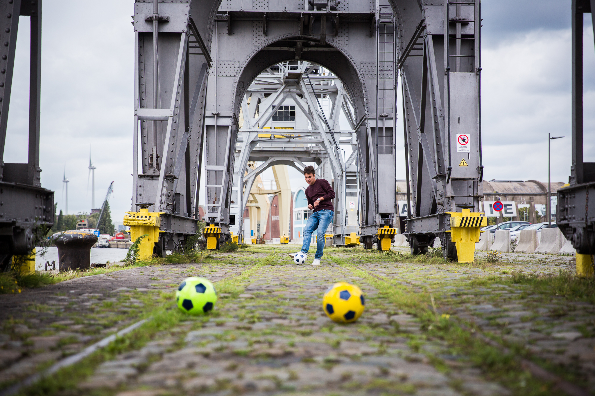 Jongen speelt City Foot Golf.